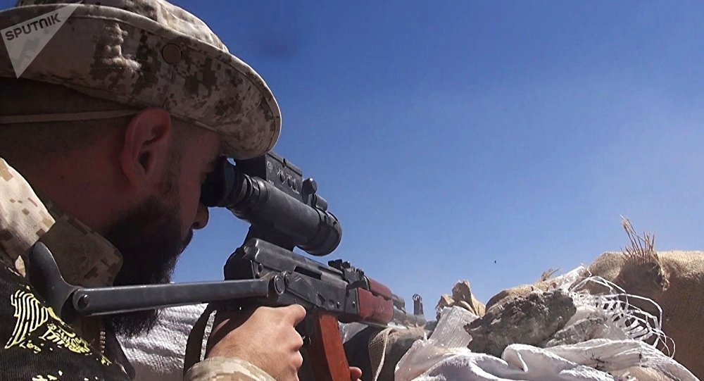 Soldado del Ejército sirio cerca de la base aérea de Deir Ezzor (archivo)