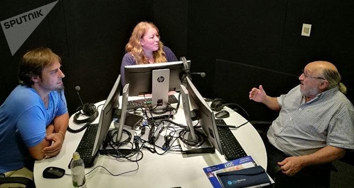 Aram Aharonián de visita en los estudios de Sputnik en Montevideo