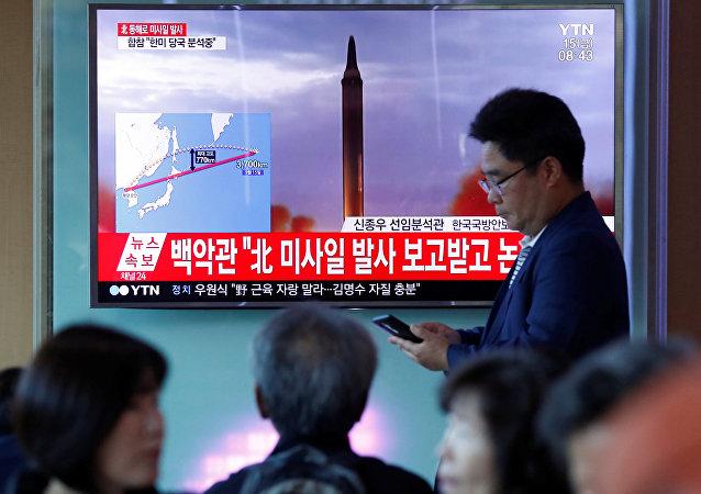 Corea del Norte lanza un misil balístico (archivo, imagen referencial)