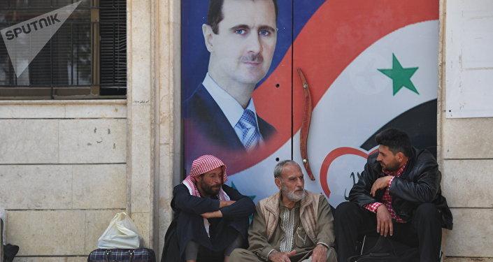 Los sirios junto al retrato de Bashar Asad, presidente de Siria (archivo)