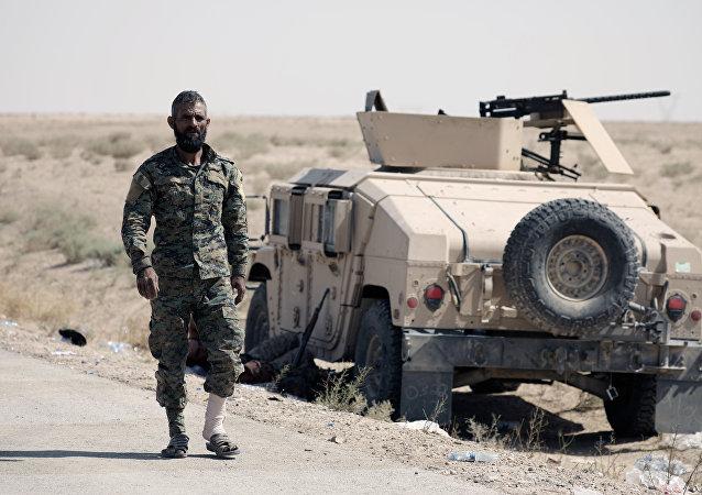 Un combatiente de FDS cerca de Deir Ezzor, Siria