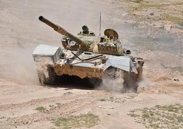 Un tanque sirio T-72 cerca de la ciudad de Deir Ezzor
