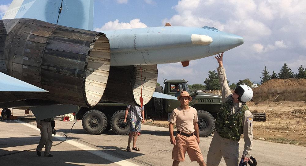 Un piloto ruso se prepara para despegar del aeródromo de Hmeymim en Siria