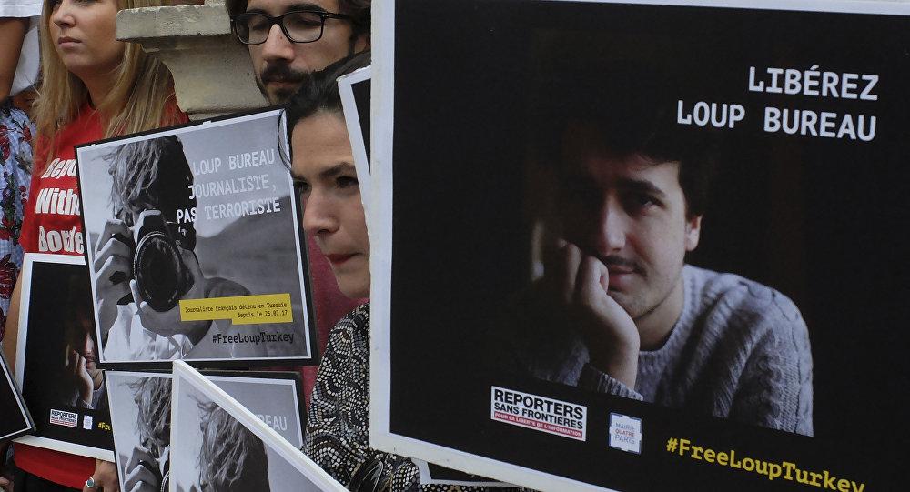 Un cartel con el retrato de Loup Bureau, Francia
