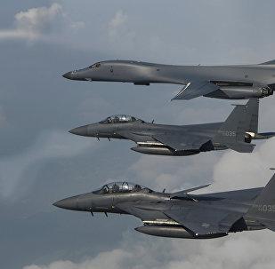 Bombarderos B-1B Lancer de EEUU y cazas F-15 de Corea del Sur (archivo)