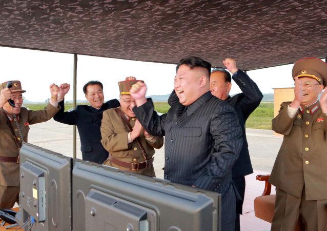 El 'amanecer balístico' norcoreano: las imágenes del nuevo ensayo del Hwasong-12