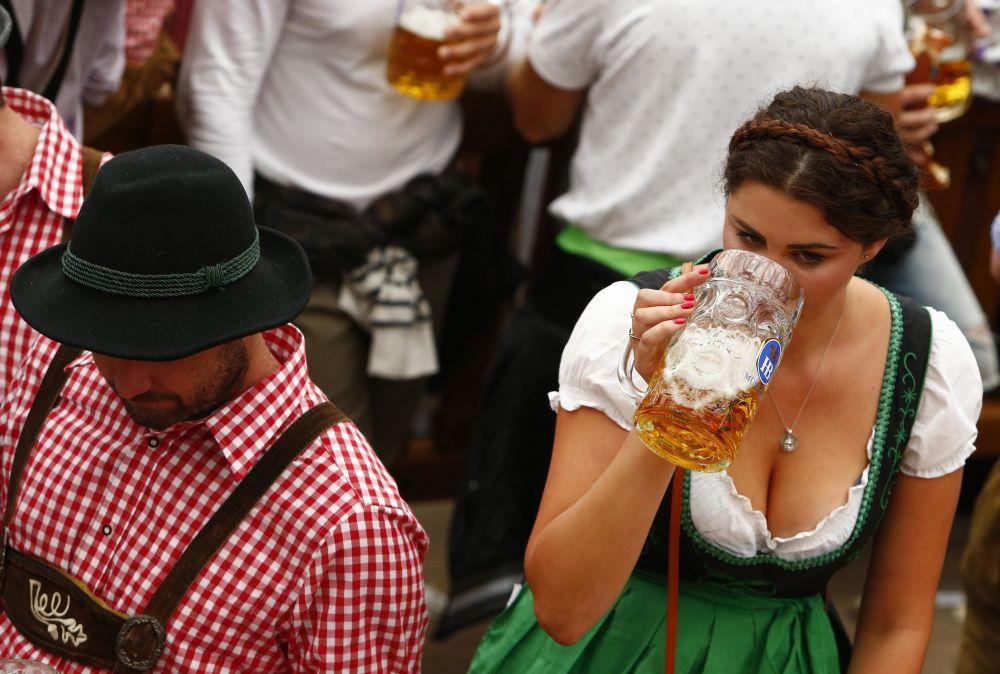 Diversión, chicas y cerveza: el Oktoberfest arranca en Múnich