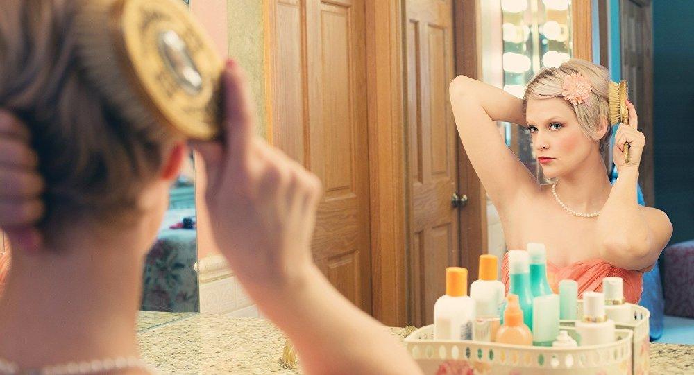 Una mujer mira en un espejo