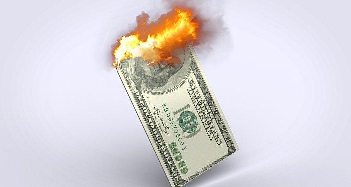 Un billete de cien dólares estadounidenses ardiendo