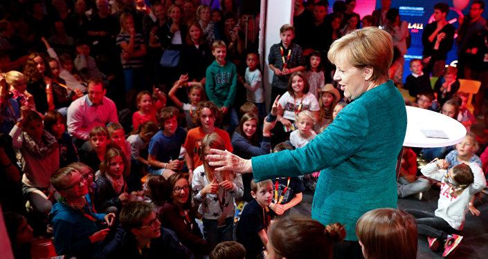 Merkel inicia contactos bara formar gobierno de coalición en Alemania