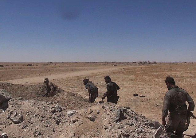 Soldados del Ejército sirio cerca de la base aérea de Deir Ezzor