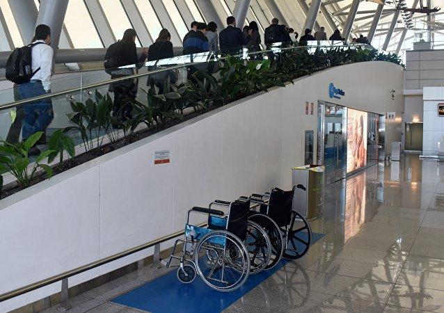 Especialistas en accesibilidad visitan el aeropuerto internacional de Carrasco, en Montevideo.