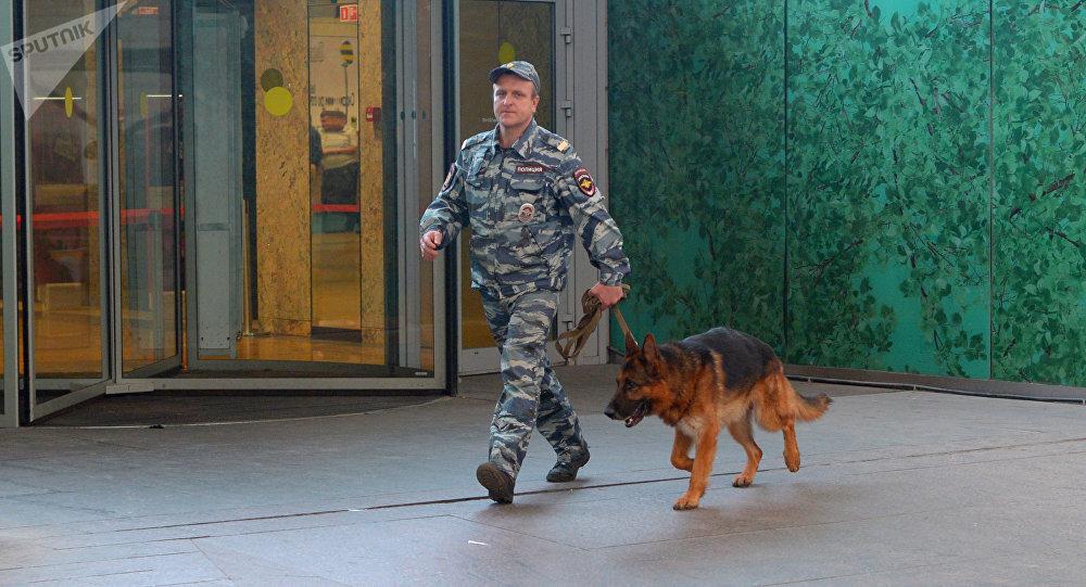 Un agente de seguridad ruso con un perro