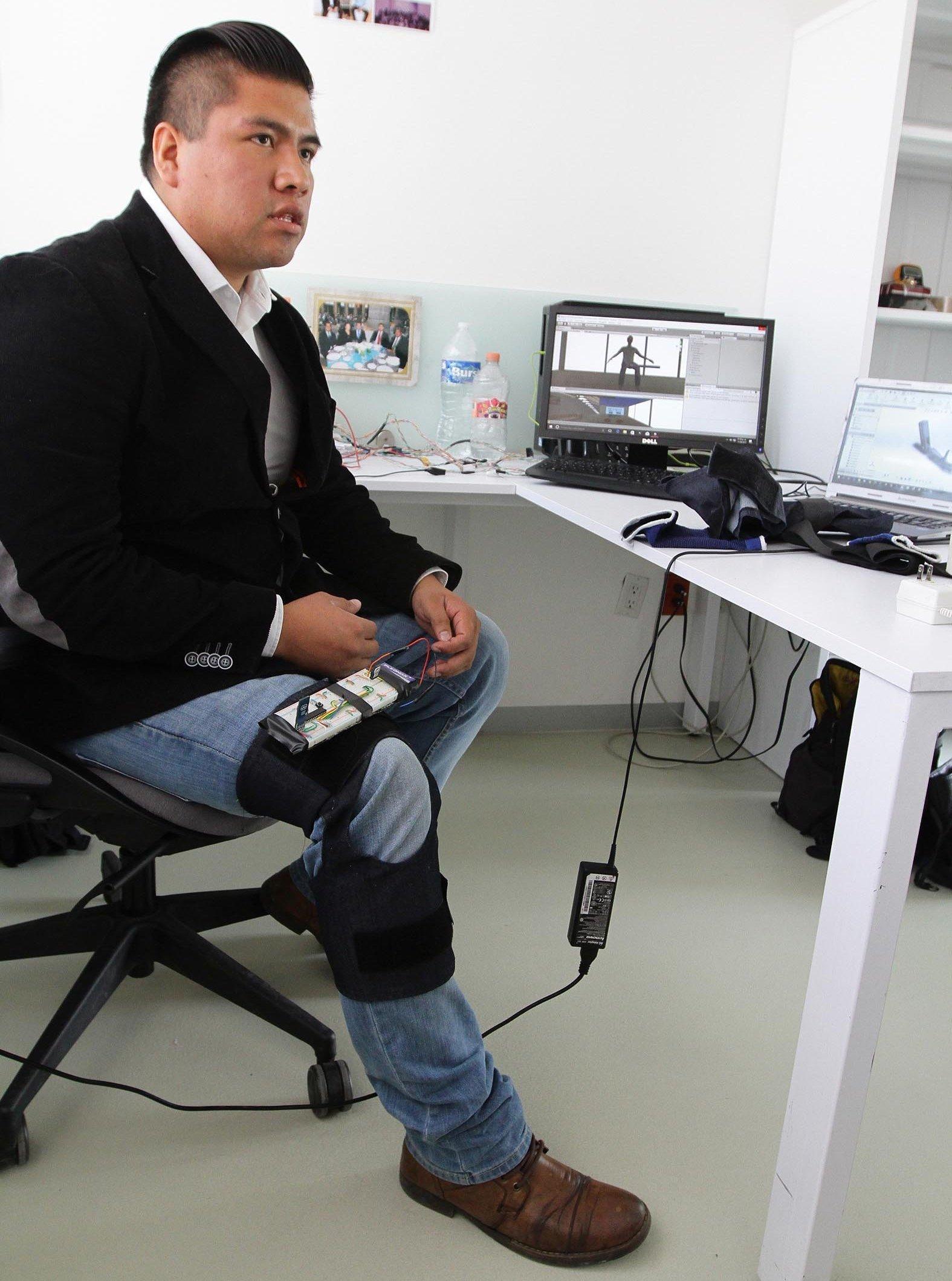 En entrevista con Notimex, el ingeniero en mecatrónica, Cristhian Prieto, explicó que a diferencia de las prótesis mecánicas, las biónicas poseen movimiento y se controlan de forma natural con los deseos e impulsos eléctricos del usuario.