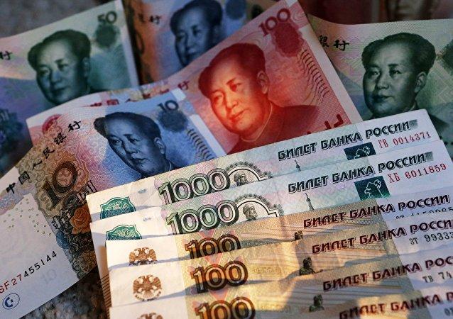 Rublos rusos y yuanes chinos (archivo)