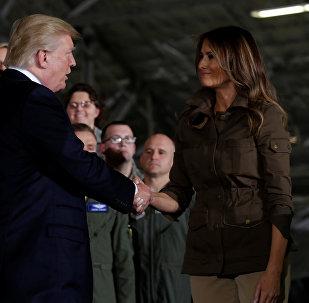 Donald Trump aprieta la mano de su esposa Melania en la base Andrews
