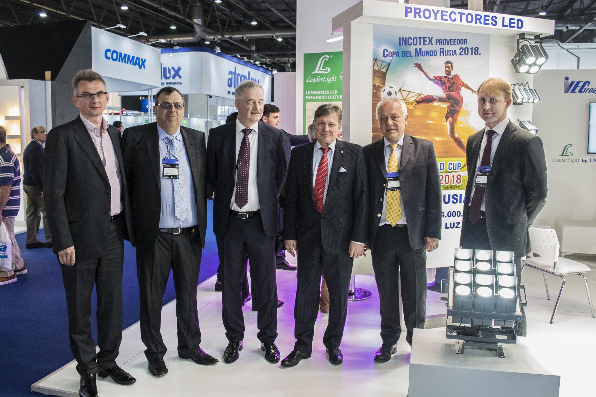 El embajador de Rusia en Argentina, Viktor Koronelli, y Serguei Derkach, jefe de la representación comercial rusa en ese país junto con representantes de Incotex Electronics Group y Avangard Energy en la inauguración del stand en la feria BIEL