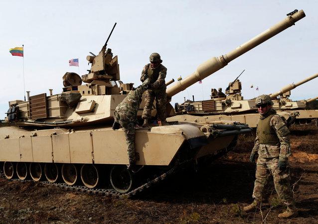 Los militares de EEUU con un tanque M1A2 Abrams durante los ejercicios militares en Lituania (archivo)