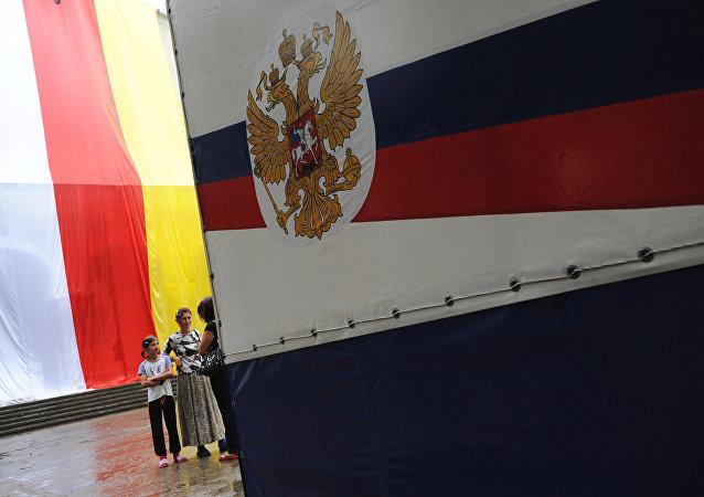 Las banderas de Osetia del Sur y Rusia