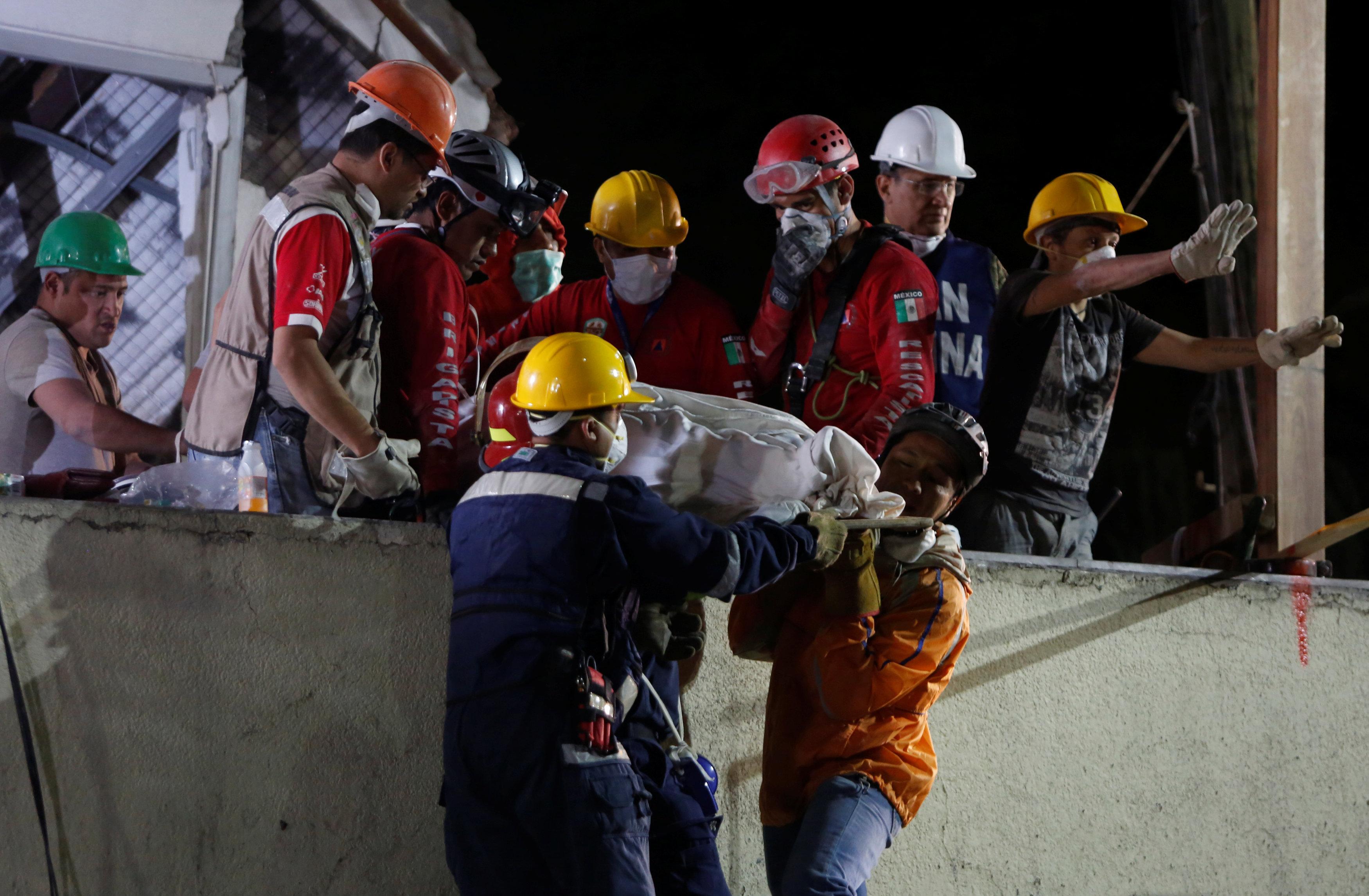 Los rescatistas sacan los cuerpos del colegio Rébsamen en Ciudad de México tras el terremoto