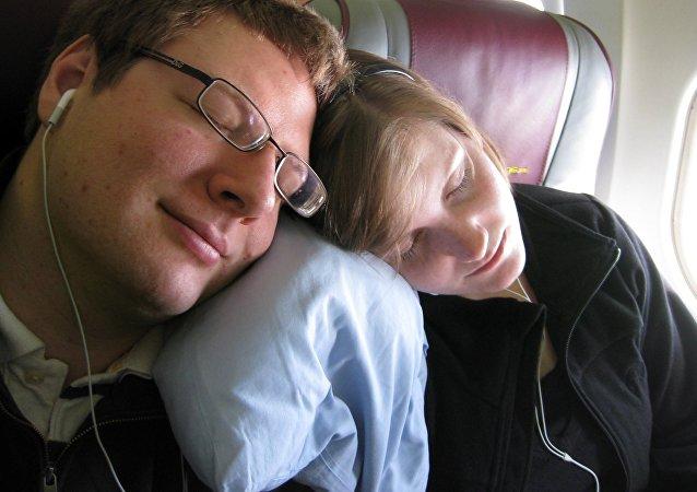 Dos personas durmiendo en el avión