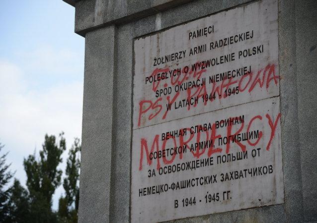 Profanación de uno de los cementerios de los soldados soviéticos en Varsovia