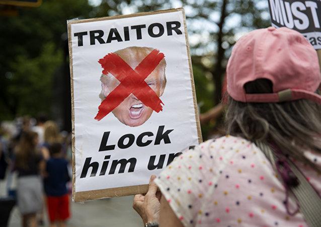 Una carpeta con la palabra 'Traidor' en una demostración anti-Trump en EEUU (archivo)