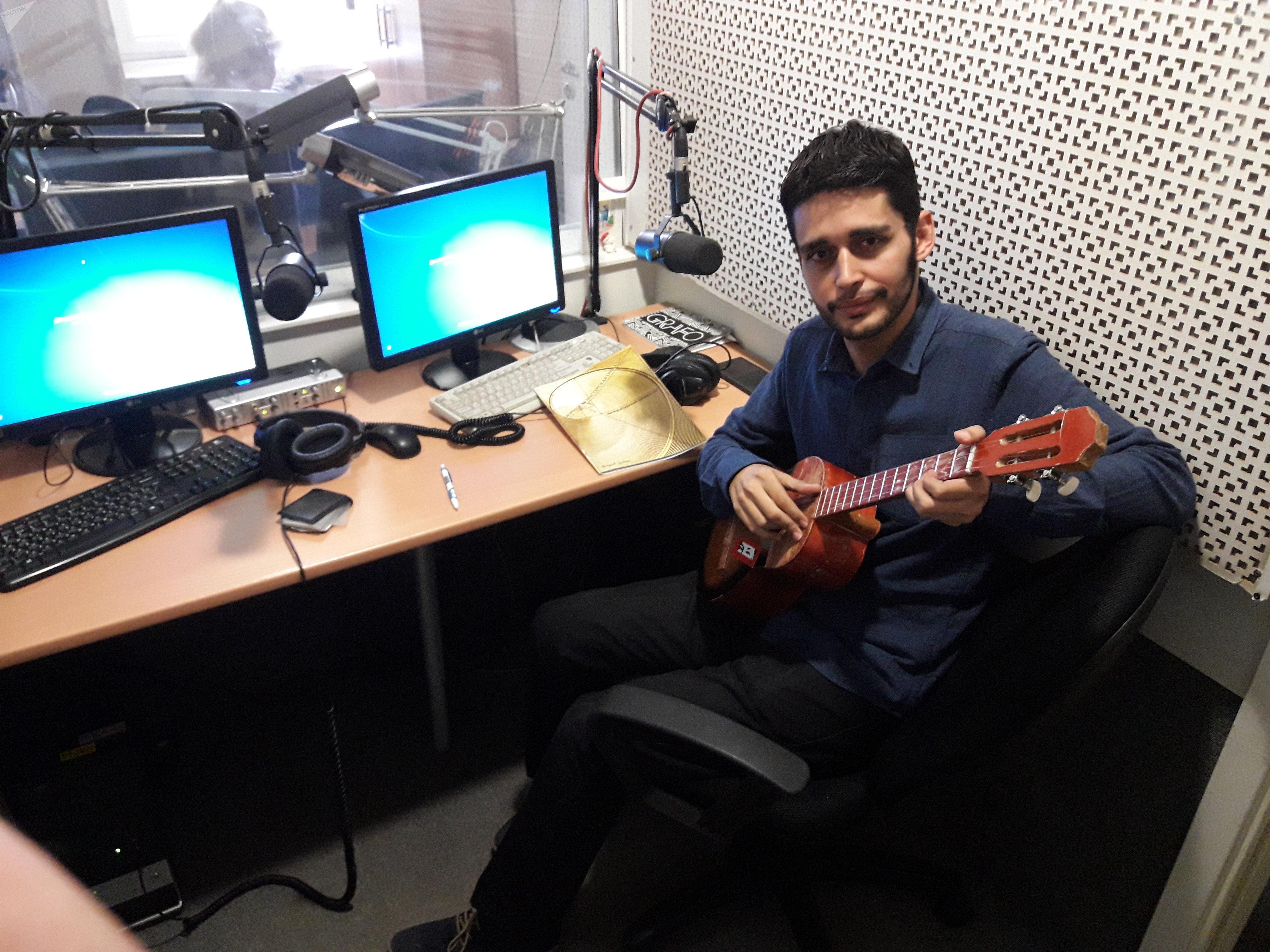 Pablo Enrique Rodríguez Briceño en los estudios de Radio Sputnik