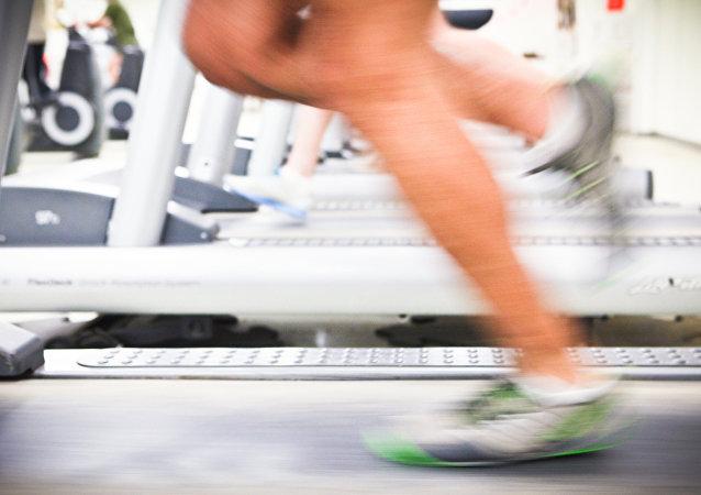 Una persona corriendo en una cinta