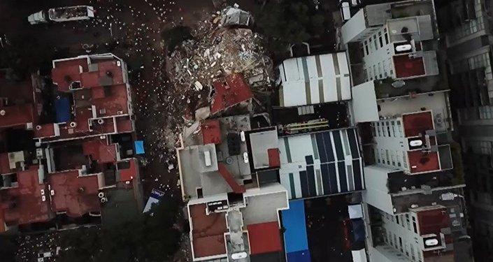 Un dron filma un edificio derruido en medio de las operaciones de rescate en México