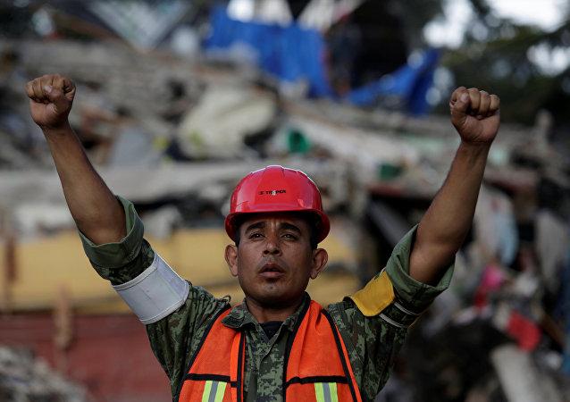 Un soldado mexicano en la Ciudad de México tras un fuerte terremoto