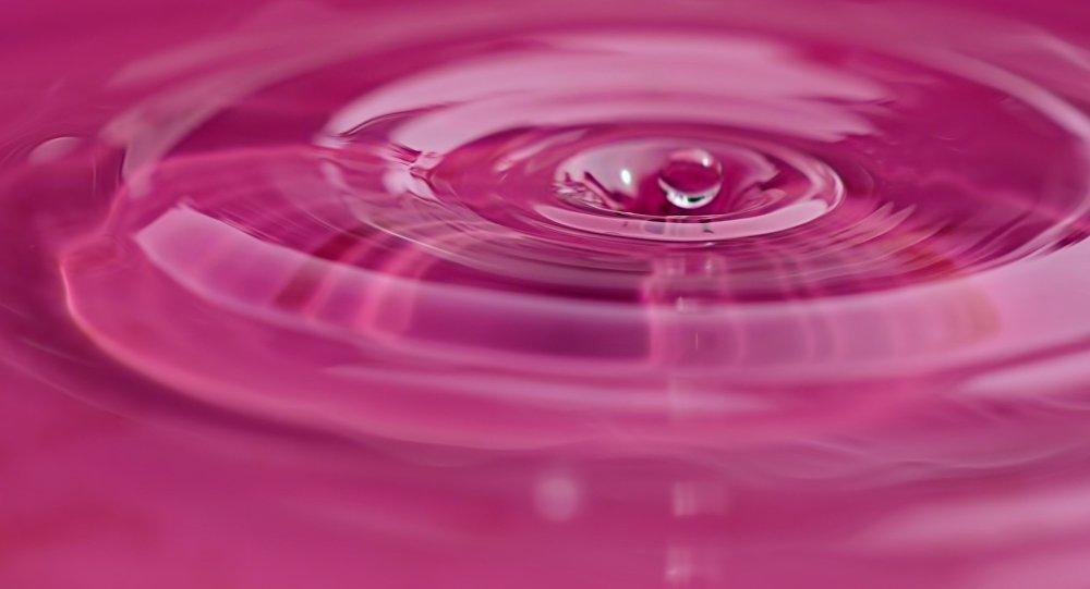 Agua de color rosa