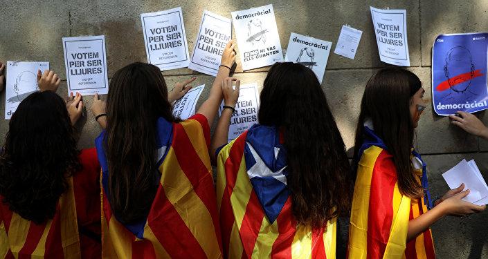 Las mujeres pegan los posters en apoyo del referéndum