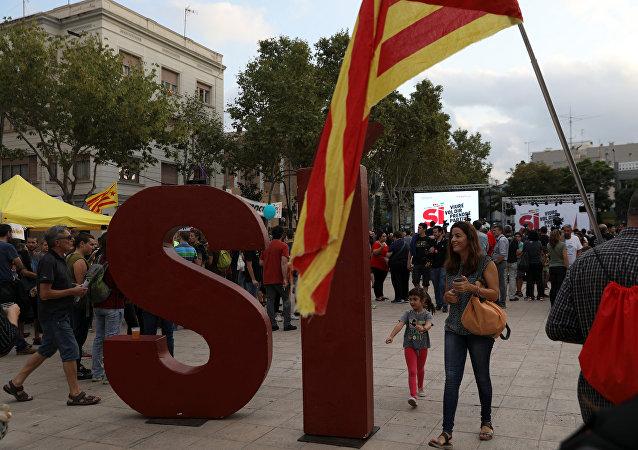 La palabra Sí, rodeada de partidarios de la independencia de Cataluña en Badalona