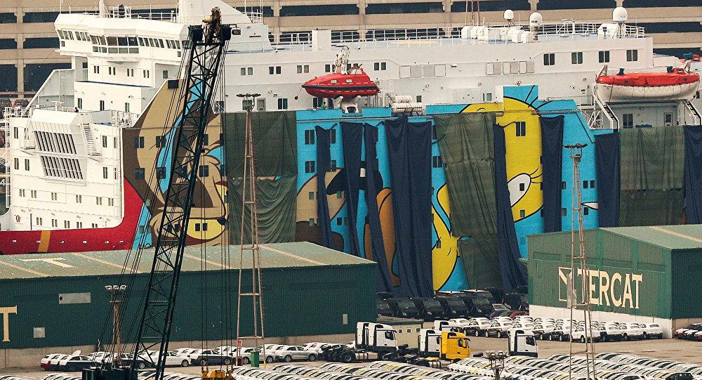 El crucero Mody Dada cubierto con lonas