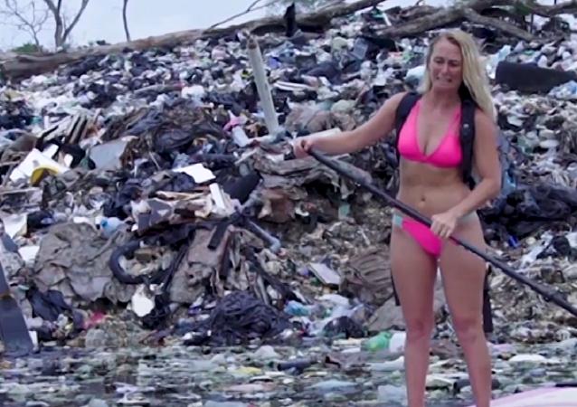 Una ecologista 'navega' entre montañas de basura cerca de Yucatán