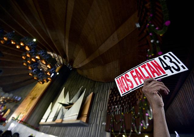 Un cartel dedicado a los 43 estudiantes desaparecidos en Ayotzinapa, México