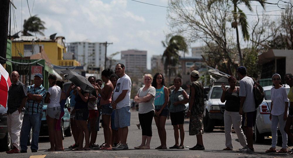 Una cola para conseguir agua en San Juan, Puerto Rico