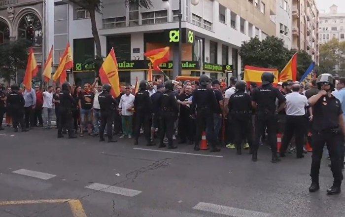 Protestas a favor y en contra del referéndum en Cataluña sacuden Valencia