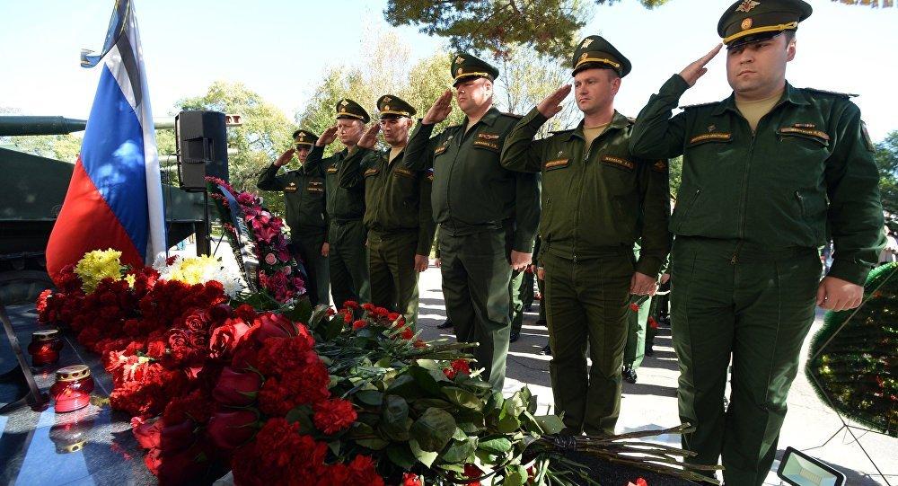 La ofrenda floral al retrato del general teniente ruso Valeri Asápov, fallecido en Siria