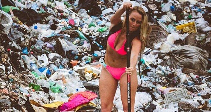Alison Teal rema en medio a la basura