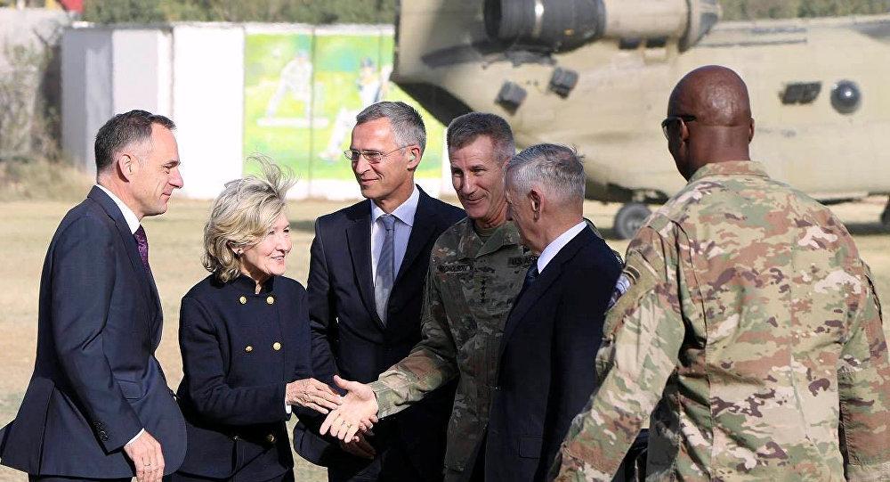 Secretario de Defensa de EEUU, James Mattis, y secretario general de la OTAN, Jens Stoltenberg, en Kabul