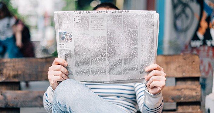 Una persona lee un periódico