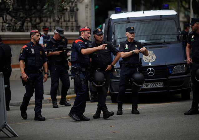 Un agente de Mossos d'Esquadra (policia catalana) habla con su colega de la Policía Nacional española en Barcelona, el 28 de septiembre