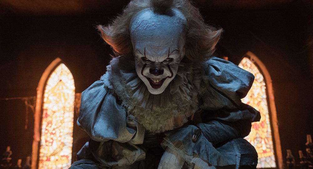 El actor Bill Skarsgard desempeñando el papel del payaso Pennywise en la película 'It' ('Eso')