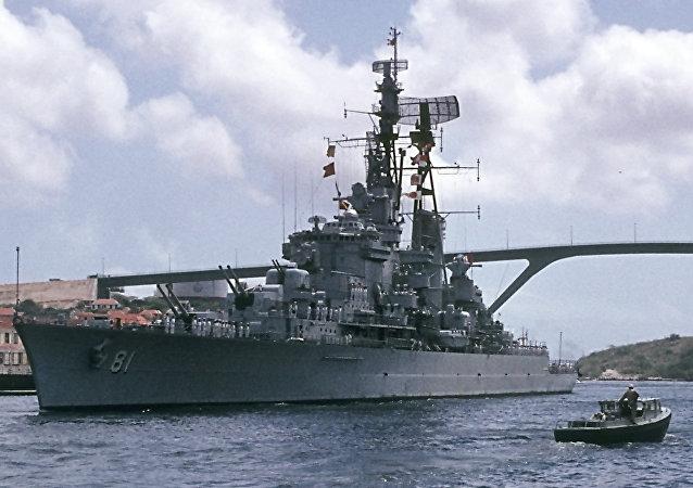El crucero 'Almirante Grau' abandona la bahía de St. Anna en Willemstad en el camino hacia su nuevo puerto de origen de Callao, en Perú