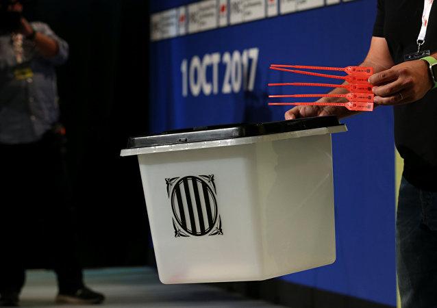 Un urna para el referéndum catalán