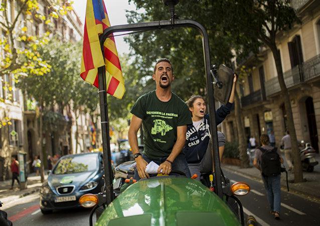 El Secretario Nacional de la Unión de Jóvenes Agricultores de Cataluña, Eudal Planella, a bordo de un tractor por el centro de Barcelona