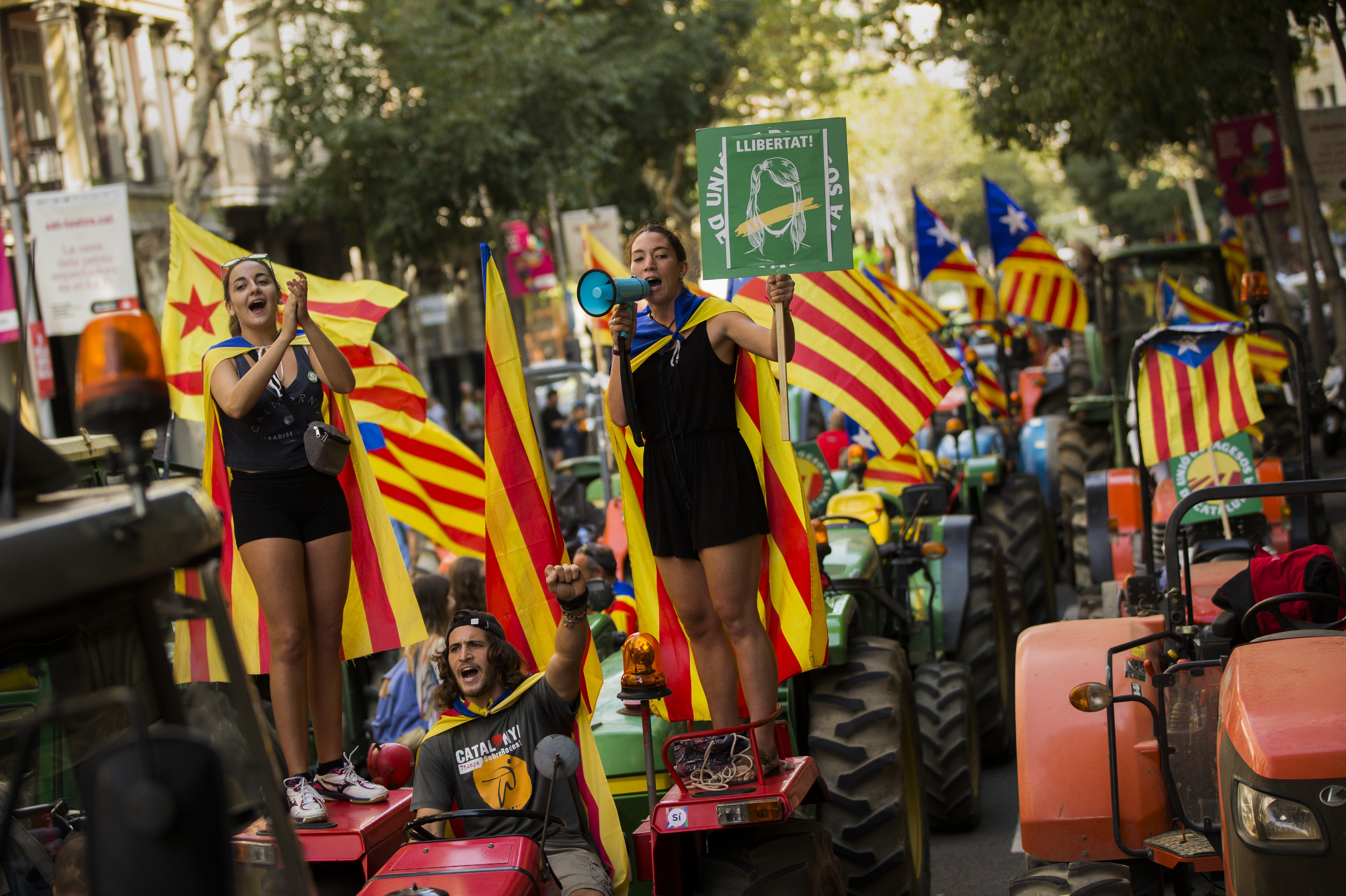 Tractores se pasean por el centro de la ciudad de Barcelona