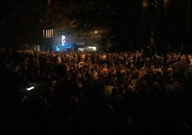 Catalanes se reúnen cerca del Instituto de Educación Superior Maragall, tras la votación